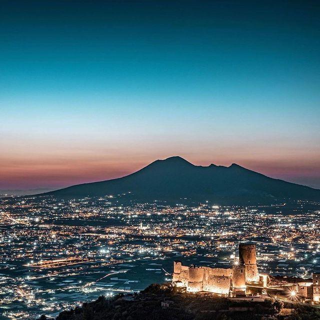 The majestic Vesuvius by night ✨? * * ? @pacopixel94 #enjoythecoast #napolipic #naplesitaly #castleoflettere #destinationearth #photooftheday #igersnapoli #vesuvius #campania #italiainfoto #italy_vacations #traveltheworld #travelblogger #italytrip #wonderful_places #italian_places