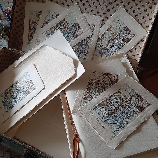 Quando ero piccola e mi facevano un regalo, conservavo sempre la carta. Delle volte ancora mi capita. Mi piaceva per i disegni, gettarla era come buttare un altro regalo! Evidentemente era destino che dovevo avere la carta tra le mani. Ogni carta attira i miei occhi! Poi ho scoperto questa di Amalfi molto particolare e ho scelto di metterla come supporto alle mie calcografie. Un bel viaggio raffinato. I miei segni, le mie sfumature di colori, le acquaforti ,le acquatinte impresse sul Made in Italy. . BIGLIETTO STAMPA D'ARTE CALCOGRAFICA puoi scrivere all'interno una piccola lettera a chi vuoi tu. Fai in modo che le tue parole non vengano gettate, ma custodite in cornice per sempre❤ Ricorda: i biglietti sono l'anteprima della felicità! PER ORDINARLI SCRIVIMI IN DIRECT.When I was little and I would get a gift, I would always save the paper. I loved it for the drawings, throwing it away was like throwing away another gift. It was fate that I had to have the paper in my hands. Then I discovered this very special Amalfi paper and I chose to use it as a support for my intaglios, a beautiful and refined journey. My signs, my shades of colors, my drawings and then etchings imprinted on Made in Italy.CALCOGRAPHIC ART PRINTING TICKET you can write a small letter inside to whoever you want. Make sure your words are not thrown away, but kept in a frame forever❤ Remember: cards are the preview of happiness! . . #etching/#italyprinting/ #amalfipaper/#weddingamalfi/#hotelsantacaterinaamalfi/ #hotellunaamalfi/ #villalaraamalfi/ #hotelrecidenceamalfi/#borghiitalianipiubelli/#capri/#positano/#ravello/#fiordodifurore/ #enjoythecoast/ #italy_vacations/ #traveltheworld/