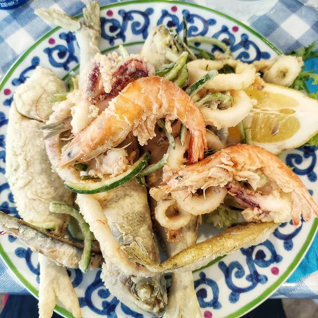 "Dall'antica cucina popolare partenopea una signora ""FRITTURA DI PARANZA"" ?????#sorrentofood #inrivaalmare #eatingfish#pescefresco #foodlover#seredestate #costierasorrentina #massalubrense #penisolasorrentina #amepiaceilsud #italiainunoscatto #caladipuolo #Sorrento #living_sorrento #aboutsorrento#campania_lovers #scatti_italiani #living_campania #sorrentocoast #campaniabella  #campaniadavivere #igsorrento #igcampania #campaniadascoprire #campaniacartoline  #vacanzeitaliane #sorrentosocial #enjoythecoast #instasorrento #clickfor_campania"