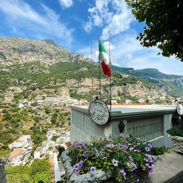 Only positive vibes in Positano ? ? . . . #italy #positano #amalficoast #sorrento #sorrentopeninsula #travel #traveldestination #roadtrip #mountains #village #positive #sunshine #summervibes #amalfi #enjoythecoast