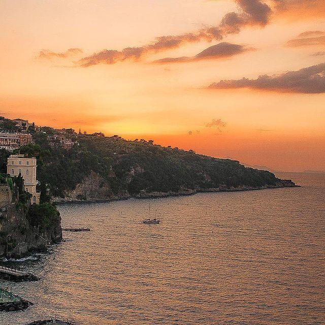 Torna a Surriento ? ?♀️ . . . #Sorrento #Italy #sunset #summertime #positivevibesonly #orangesky #coastofitaly #boat #ladolcevita #piacerepuro #destinationdiscoveries #destinationearth #adventure #seaside #gulfofnaples #napoli #campania #campagna #history #rooftops #summervibes #traveldestinations #europe #romantic #enjoythecoast #aboutsorrento